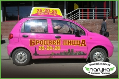 avtomobil'-s-reklamoj-i-kryshnoj-ustanovkoj-reklama-na-transporte